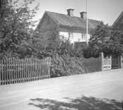 Ett bostadshus med staket och grind i Figeholm.