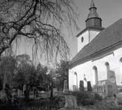 Kyrkan och kyrkogården i Döderhult socken.