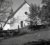 Kyrkan i Döderhult socken. En stenmur i förgrunden.