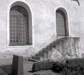 En trappa och några gravvårdar vid Döderhults kyrka.