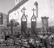 Gravvårdar av gjutjärn vid Döderhults kyrka.