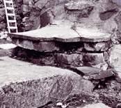 Renoveringen av Ukna kyrkoruin 1977. Exempel på tidigare avtäckning vid södra ingången.