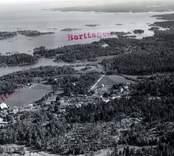 Flygfoto över Virbo i Misterhults socken.  Vykortsförlaga, obeskuren och beskuren.