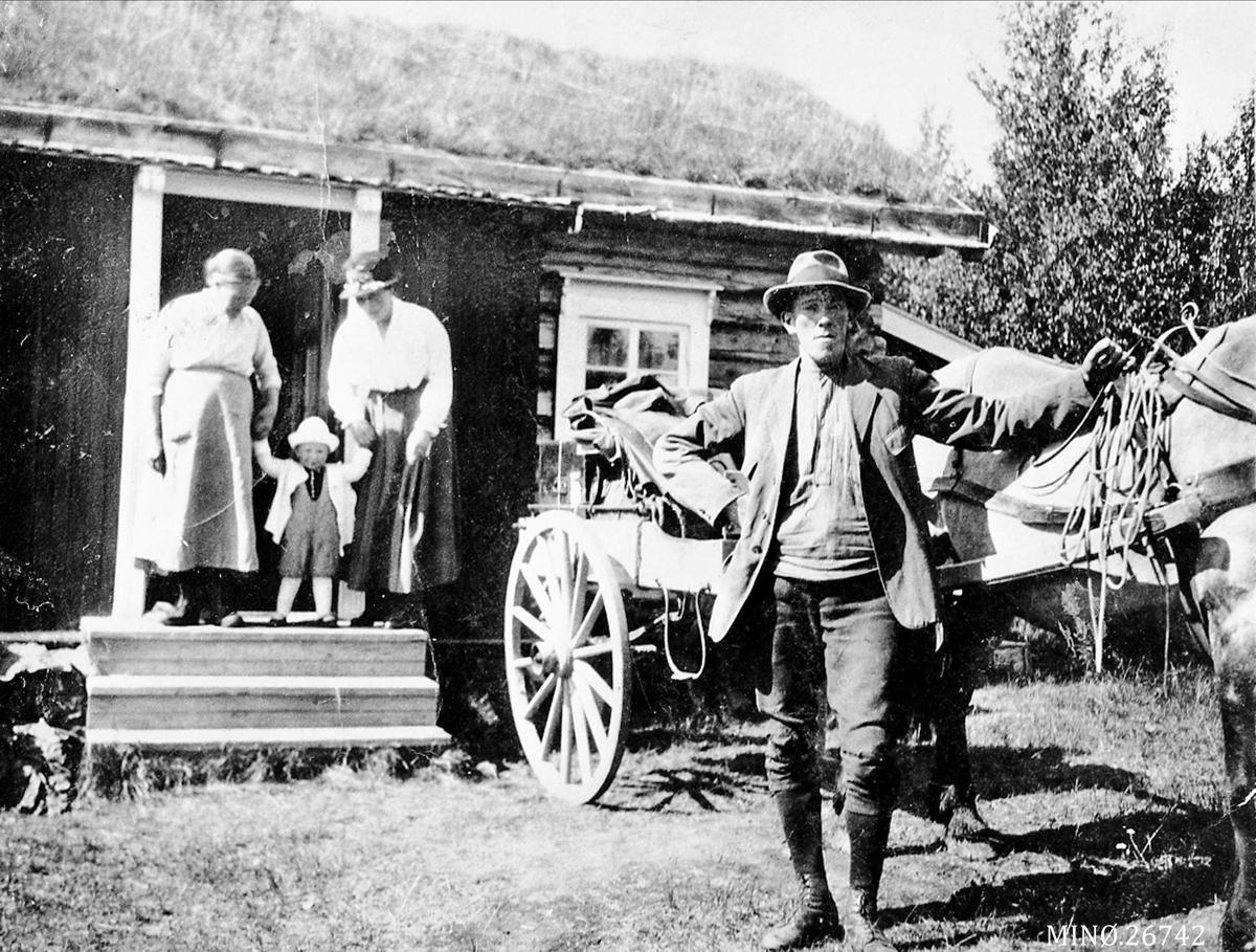 Seter. Mann med hest og kjerre. Kvinner og barn i døråpningen på seterstuen (Foto/Photo)