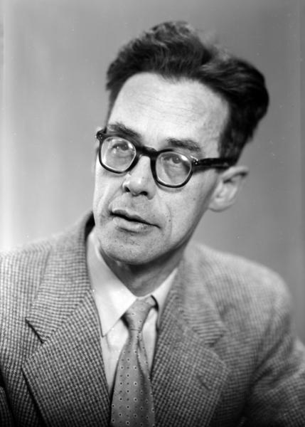 Portrett Rolf Jacobsen (1907-1994), Lyriker og forfatter., 1957. SE BOKA STIFTSTAD OG BYGDEBY S. 150. (Foto/Photo)