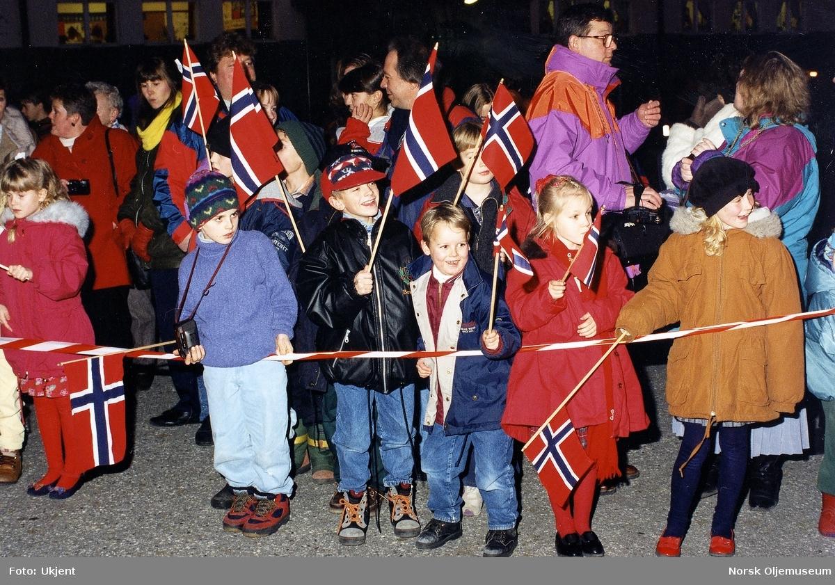Kong Harald V er i Kristiansund for å foreta den offisielle åpningen av Draugenplattformen den 01.12.1993. Folksom mottakelse i byen. (Foto/Photo)