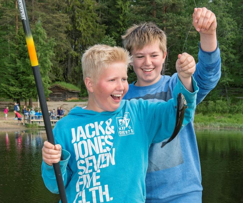Fra arrangementet «Skog og vann» på Norsk Skogmuseum, som ble arrangert 7.-10. og 13.-14. juni 2016.  I løpet av disse seks dagene samlet dette formidlingsopplegget 2 800 skoleelever, de fleste i grunnskolealder.  «Skog og vann» har inngått i Norsk Skogmuseums årsprogram siden 1997.  Opplegget om lag 20 ulike aktivitetstilbud knyttet til museets tematikk.  Dette fotografiet er tatt ved museets fiskedam på Prestøya, der to gutter gledet seg over å ha fanget en ørret under meitefiske. (Foto/Photo)