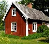 Mangårdsbyggnad och uthus.