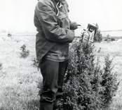 Ulf Erik Hagberg med klocka vid utgrävningarna i Skedemosse.