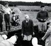 Kung Gustaf VI Adolf tillsammans med Ulf Erik Hagberg vid utgrävningarna av Skedemosse.