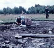 Prinsessan Margaretha, Els. Johansson och Anders Hagberg vid utgrävningarna av Skedemosse.