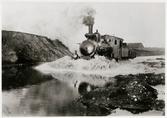 Ånglok kör igenom översvämmning på Malmö Simrishamns  Järnväg, MSJ 1910.