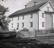 Figeholms gård, huvudbyggnaden med träpanel och sadeltak.