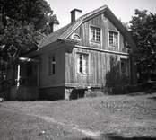 Misterhults socken, gård i Lunäs. Bostadshus med träpanel, mansardtak och veranda.