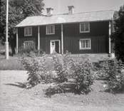 Misterhults socken, bostadshus med sadeltak och träpanel i Tjustgöl.