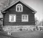 Hagnebo i Madesjö, mangårdsbyggnaden, del av gaveln i förgrunden flygeln och boden.