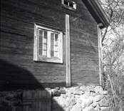 Ljusås. Spröjsat fönster i timrad bod  med sadeltak och källare.