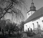 Döderhults kyrka med kyrkogården.