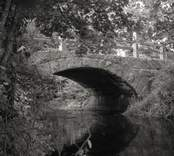 Bro över Hagbyån vid Lillaverke i Nybro kommun. Foto, uppströms från väster.