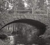 Bro över Hagbyån vid Lillaverke i Nybro kommun. Foto, nedströms från öster.