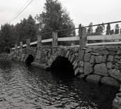 Bro över Vapenbäcksån vid Orranässjön, Sjöabro intill vägen Lenhovda-Orrefors-Nybro i Nybro kommun. Foto, intill riksväg 31. Uppströms från sydväst.