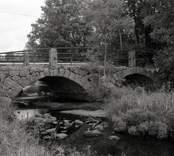 Bro över Ljungbyån vid Åbro i Nybro kommun. Foto, nedströms från sydsydväst.