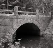 Bro över Västrakullabäcken vid Västrakulla i Nybro kommun. Foto, uppströms från norr.