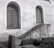 Döderhults kyrka, exteriör långsidan med stentrappan mot portalen.