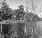 Utsikt över parken i Helgerum, sjön och trädgårdspaviljongen.