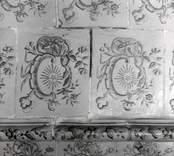 Detalj på kakelugn med blomdekor stjärna,  Västrum socken.