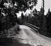 Bro över SJ sydost om Forshult i Oskarshamns kommun. Foto, vägmiljö från sydost.