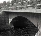 Bro över Virsermumssjöns utlopp vid Finnforsen nordvästra Kvinnemåla i Hultsfreds kommun. Foto, uppströms från ostsydost.