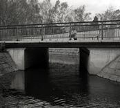 Bro över Nybrobäcken på Långgatan i Nybro kommun. Foto, nedströms från söder.