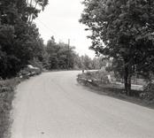 Bro över bäck i Fårbo samhälle väg Ficksjövägen i Oskarshamns kommun. Foto, vägmiljö från söder.