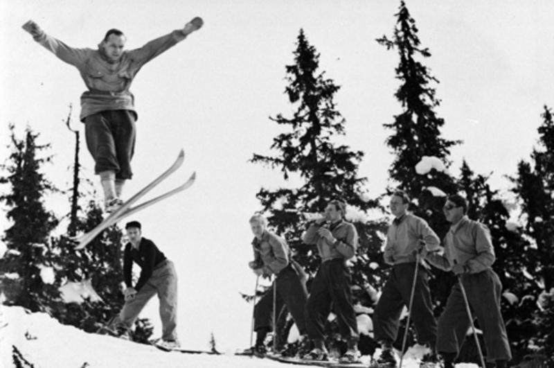 Påske, Nyseter-rennet, hopprenn, mann i svevet, tilskuere, Ringsaker. (Foto/Photo)