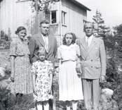 Familjen Ivar Johansson ifrån Stensborg i Mörtfors. 1. Axel Ivar Johansson, Stensborg född 1897.05.09, död 1964.10.04  2. Tora Maria Johansson, f. Karlsson född 1901.03.05 död 1972.02.09  3. Svea Johansson g. Karlsson född 1926.08.16 (trångsund, Farsta)  4. Barbro Johansson g. Stefansson f. 1938.09.23  5. Georg Karlsson f. 1913.02.28 (Trångsund, Farsta)