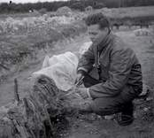 Ulf Erik Hagberg vid Skedemosse. Vid en arkeologisk utgrävning.