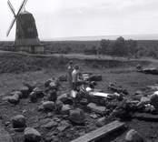 Utgrävningar vid Sörby - Störlinge med Ulf Erik Hagberg (syns inte i bild).