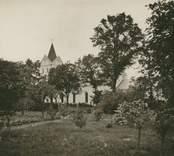 """Ljungby kyrka. Fotografi på brun kartong (se :2). På baksidan i blyerts dessutom """"Kalmar Järnväg, 1318"""". Bilden publicerad i Kalmar-Torsås Järnväg 1899-1924 s 110."""