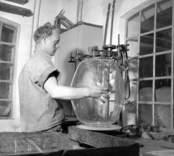 """När man blåst glas för hand bildas en kappa, som måste tas bort. Ett sätt är att """"spränga"""" bort den efter att glaset kallnat."""