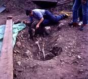 Ulf Erik Hagberg vid skelettgrav.