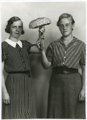 Britta Larsson till vänster och bredvid henne Nanna Westerberg. visar upp vad som gissningsvis är en stolt fjällskivling.De gick ut Rostad 1940.