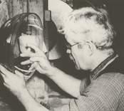Mönsterslipare Carl Haggren.  Pukeberg eller Orrefors år 1937.