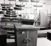 Utställning med kista, båt med mera i Västerviks Museum.