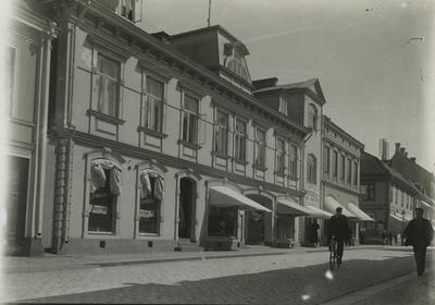 I hörnet av Kaggensgatan och Storgatan, kv. Apotekaren 1, är numera AB Svenska Handelsbankens hus beläget.