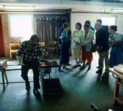 Glasblåsning i Orrefors Glasbruk, 1986-06-02