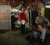 Glasblåsning i Orrefors Glasbruk, 1986-06-02  Glasblåsare kyler ned ett ämne med tryckluft.