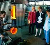 Glasblåsning i Orrefors Glasbruk, 1986-06-02  Glasblåsare driver ut ett ämne.