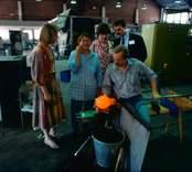 Glasblåsning i Orrefors Glasbruk, 1986-06-02  Glasblåsare välsar ett ämne.