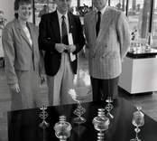Kulturminister Bengt Göransson besöker Orrefors och inviger ny utställningshall, samt beser Parispokalen från 1922.